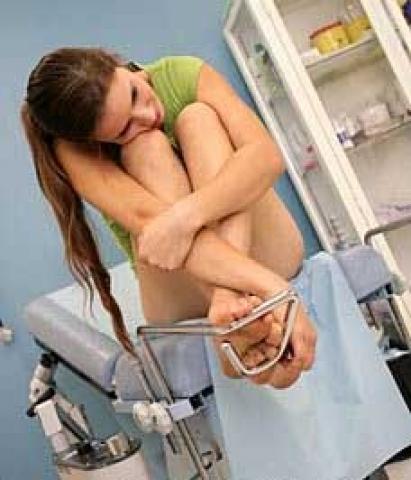 школьніца на осмотре в гинеколога