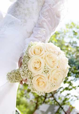 При составлении букета важно учитывать и внешность невесты. Блондинкам подойдут белые или розовые букеты. Брюнеткам более яркие - алые, бордовые